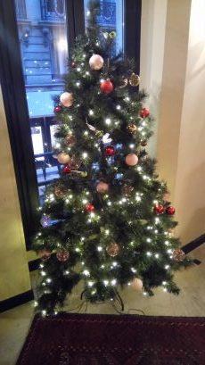 Noël au Centre de Paris: l'un des sapins du Welcome Hotel